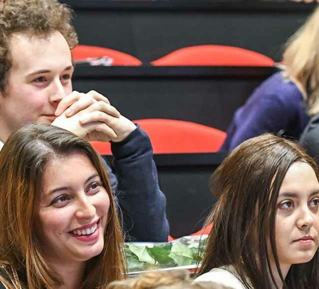 Cérémonies des lauriers de lettres et langues, groupe d'étudiants en amphi