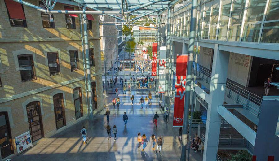 Hall intérieur du campus Saint-Paul de jour