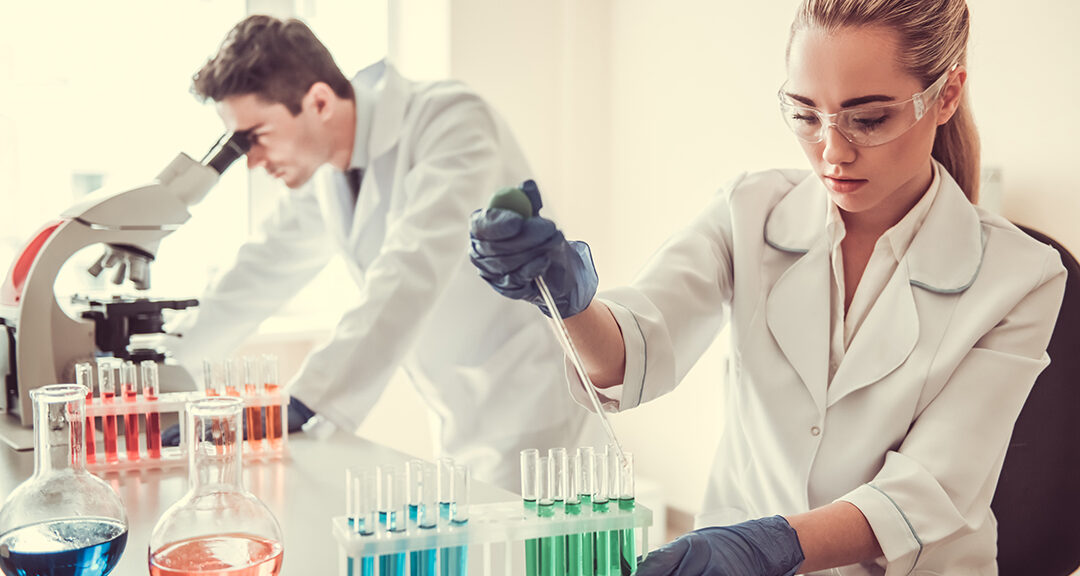 Techniciens travaillant en laboratoire biomédical