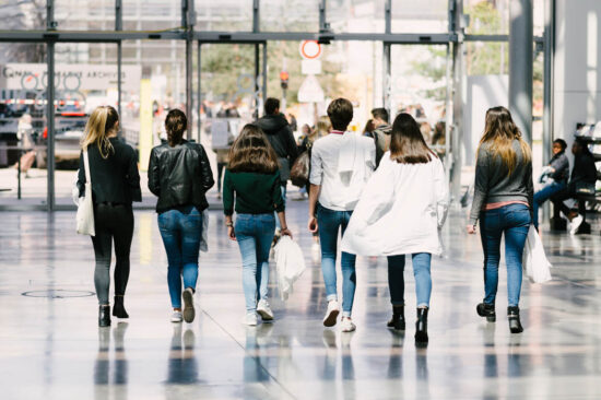 Etudiants marchant dans le hall