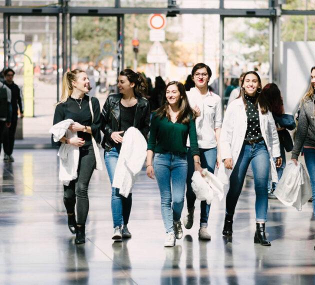 Etudiantes de l'IFTLM marchant dans le hall