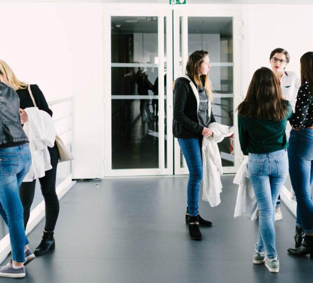 Etudiants dans les couloirs