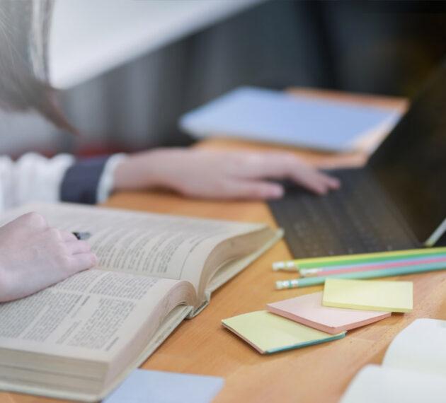 Etudiant travaillant à la bibliothèque
