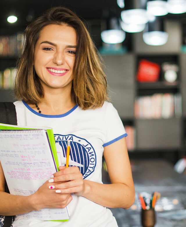 Etudiante dans une bibliothèque